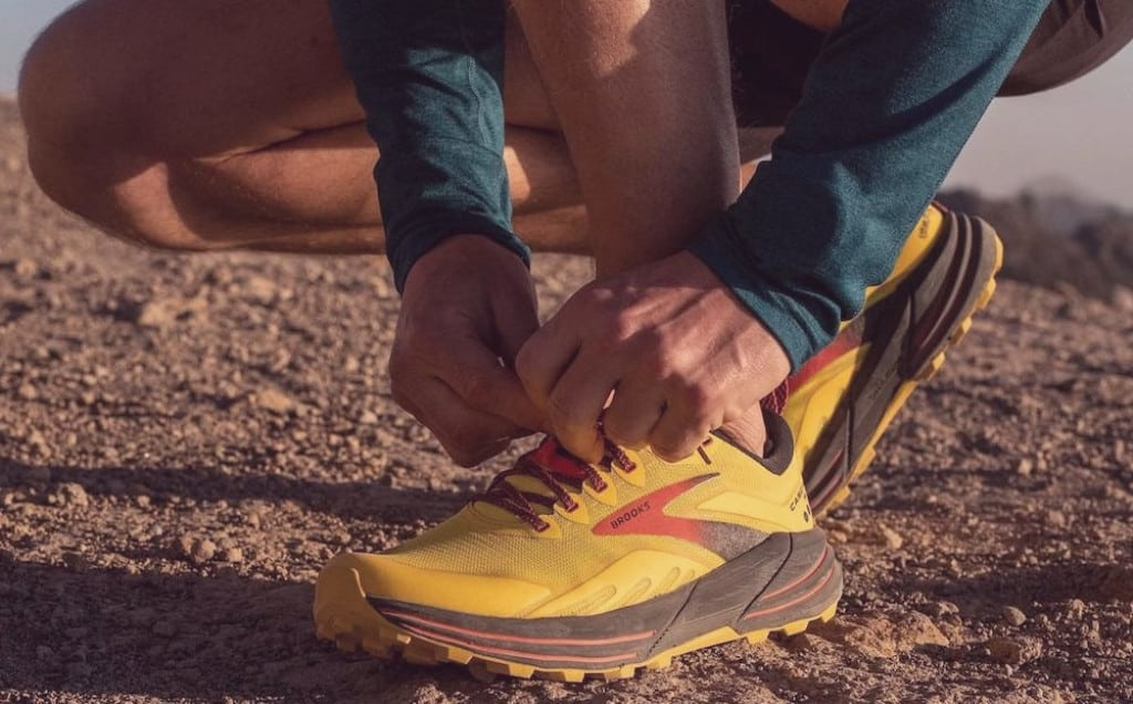 Runner lacing the Brooks Cascadia 16, view of the mesh upper